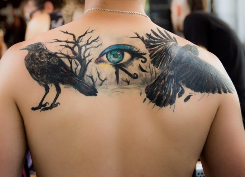 F100010672-tatuaje_de_ojo_de_horus_en_espalda_masculina